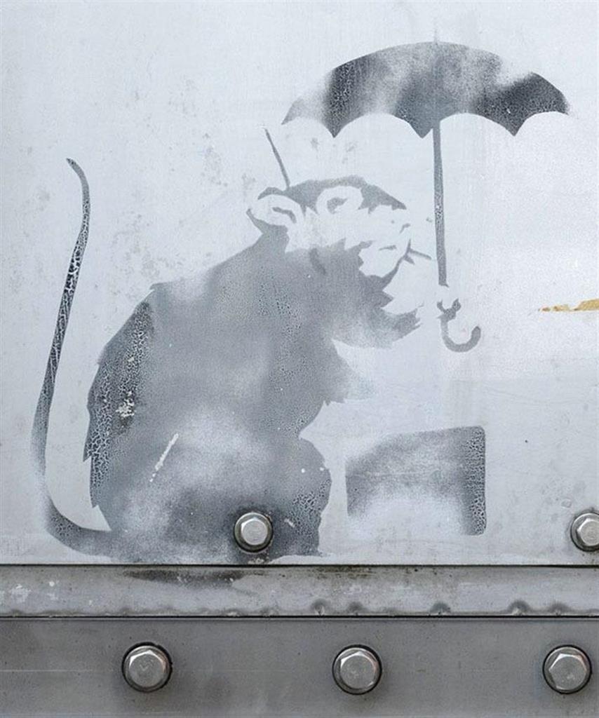 防潮扉に描かれた、バンクシーの作品に似たネズミの絵