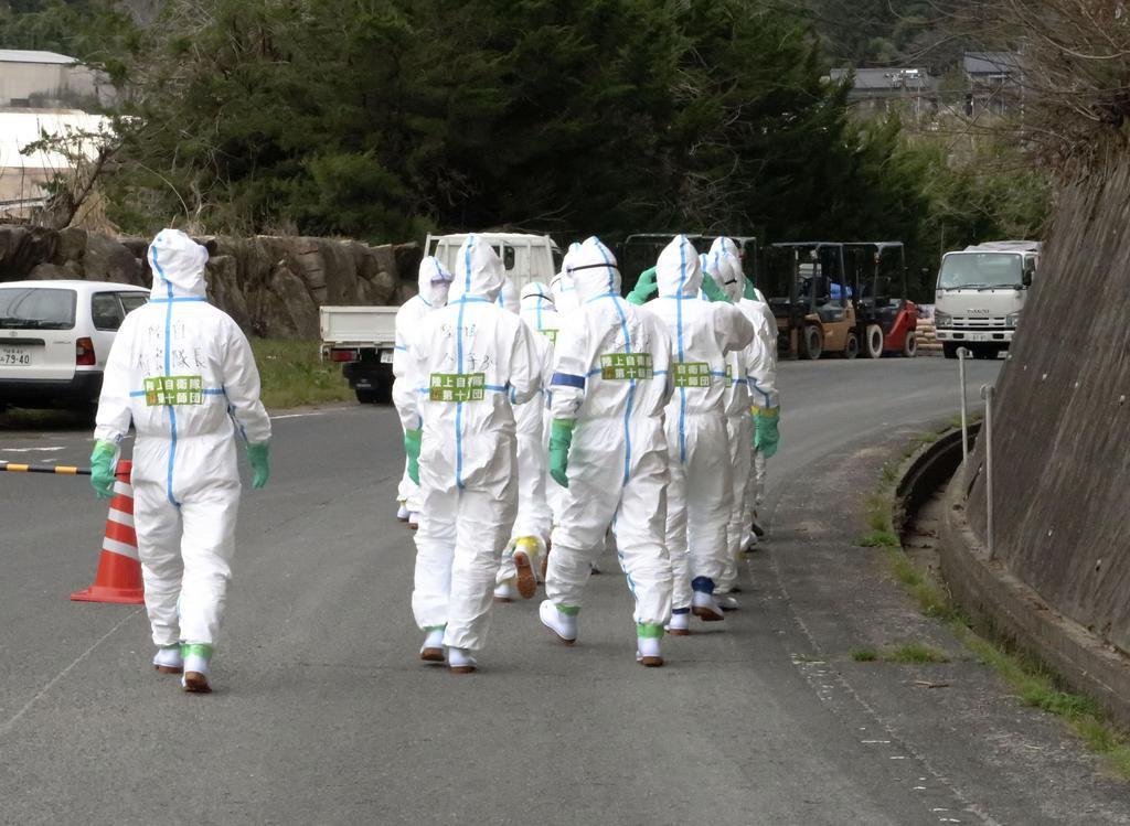 豚コレラが発生した岐阜県恵那市の養豚場へ向かう陸上自衛隊員=17日午後