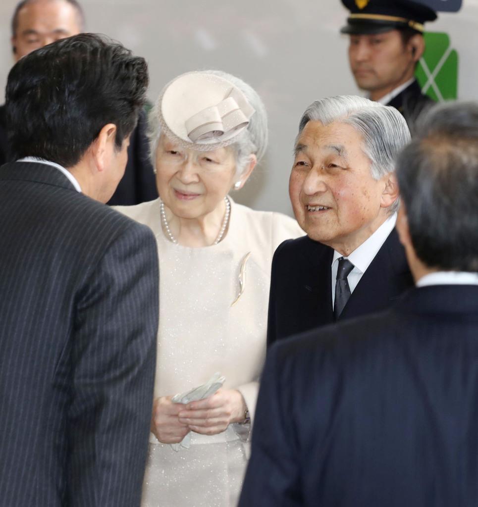 JR東京駅で、安倍首相(左)の見送りを受けられる天皇、皇后両陛下=17日午後(代表撮影)
