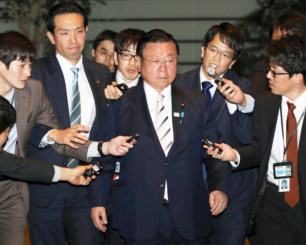 桜田義孝前五輪相(中央)=10日午後、首相官邸(春名中撮影)