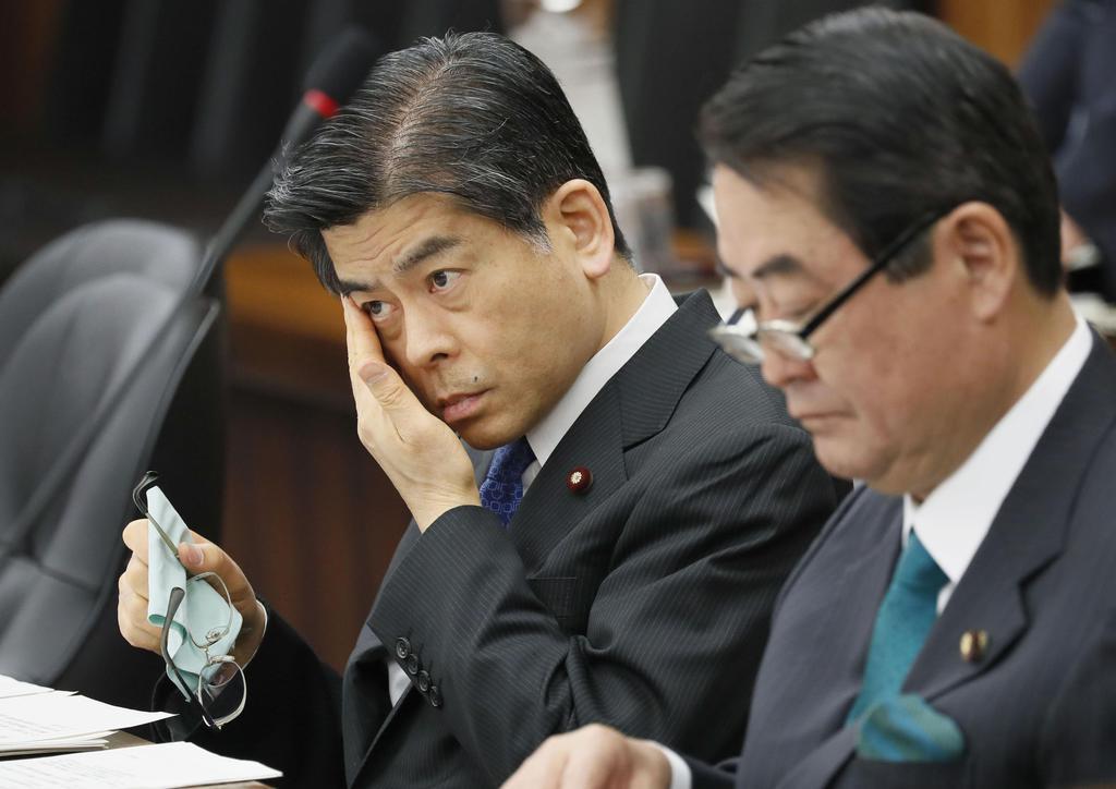 9日、衆院国交委で厳しい表情を見せる石井国交相。塚田一郎元国交副大臣の「忖度」発言問題を謝罪した。右は牧野京夫副大臣
