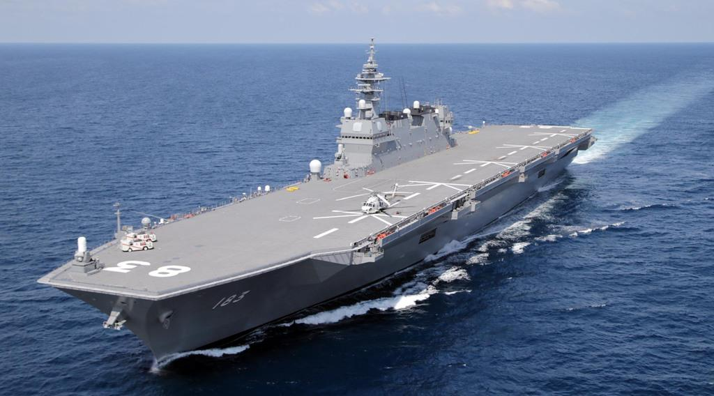 南シナ海を航行中の護衛艦「いずも」=2017年6月、南シナ海(自衛隊ヘリから、松本健吾撮影)