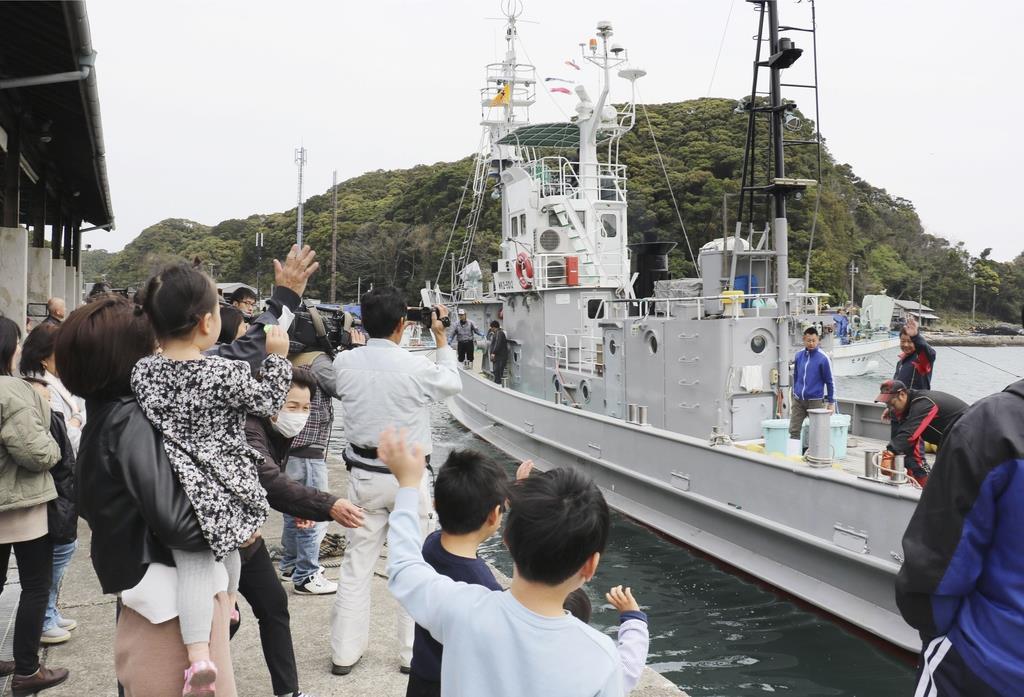 今年3月、最後の調査捕鯨へ向け太地漁港を出港する第7勝丸=和歌山県太地町