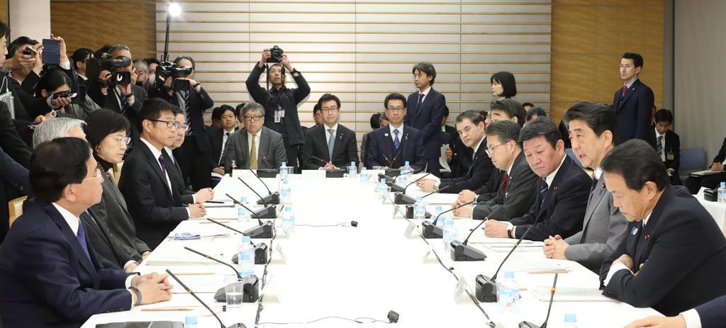 未来投資会議で発言する安倍晋三首相(右手前から2人目)=3月20日午後、首相官邸(春名中撮影)
