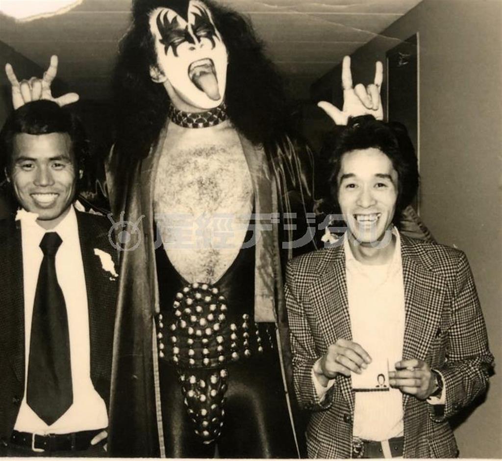米ロックバンド「キッス」のジーン・シモンズと。右が高橋さん=昭和52(1977)年(高橋さん提供)