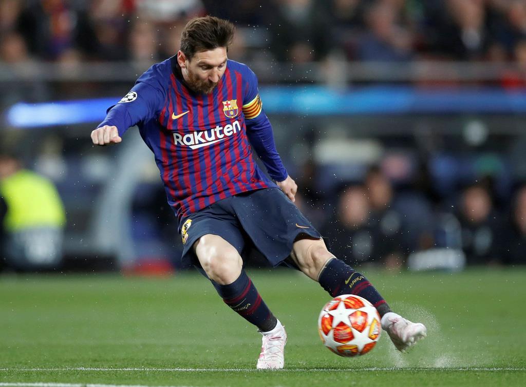 サッカー欧州CL準々決勝第2戦 マンチェスター・ユナイテッド戦で、豪快なドリブルシュートで1点目を奪うバルセロナのメッシ(Action Images・ロイター)