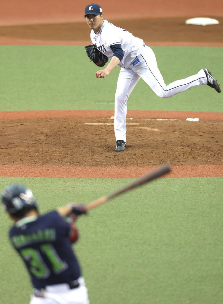 イースタン公式戦で移籍後初登板となった西武・内海哲也。打者はヤクルト・山崎晃大朗=17日、メットライフドーム(撮影・尾崎修二)