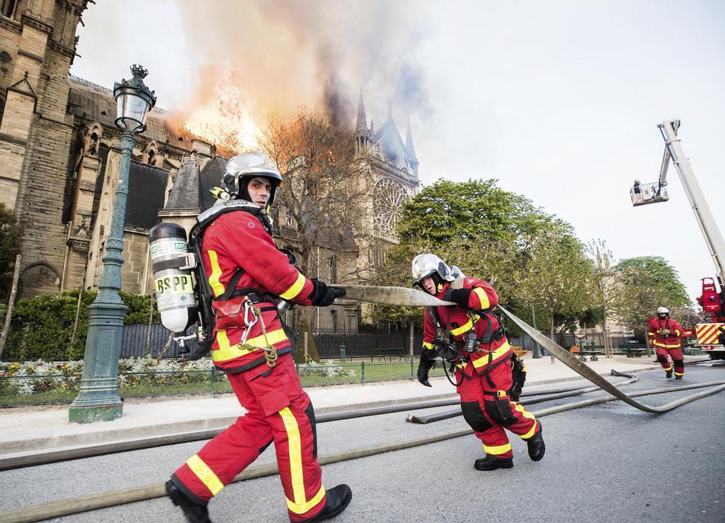 パリのノートルダム寺院の消火に当たる消防隊=15日(パリ消防提供、AP=共同)