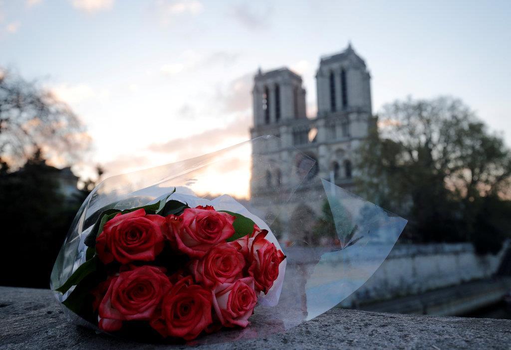 ノートルダム大聖堂近くに置かれたバラの花束=17日、パリ(ロイター)
