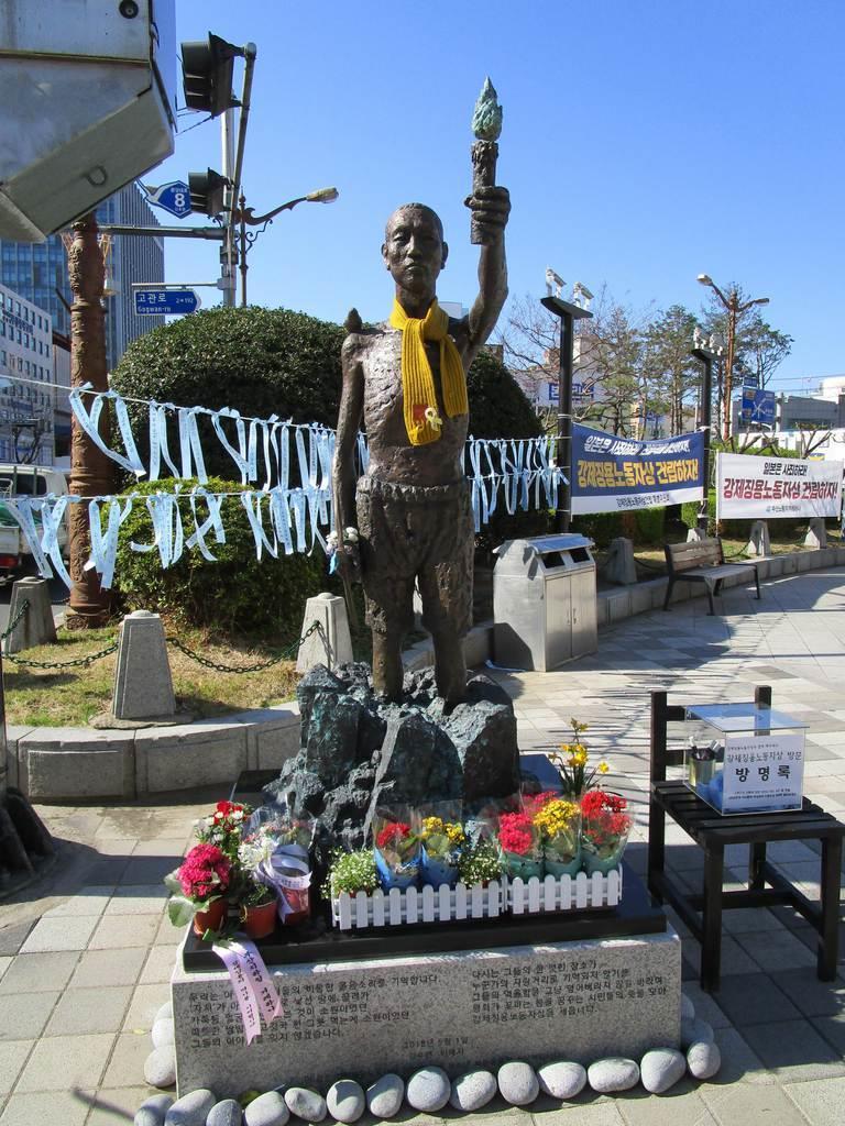 韓国・釜山の日本総領事館近くの公園前歩道に置かれていた徴用工像=今年3月(名村隆寛撮影)