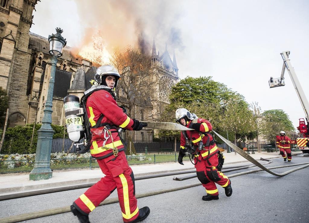 パリのノートルダム寺院の消火に当たる消防隊=15日(パリ消防提供、AP)