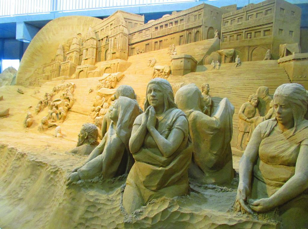 聖なる河ガンジス 沐浴と祈り=15日、鳥取市の砂の美術館(矢部美智留撮影)