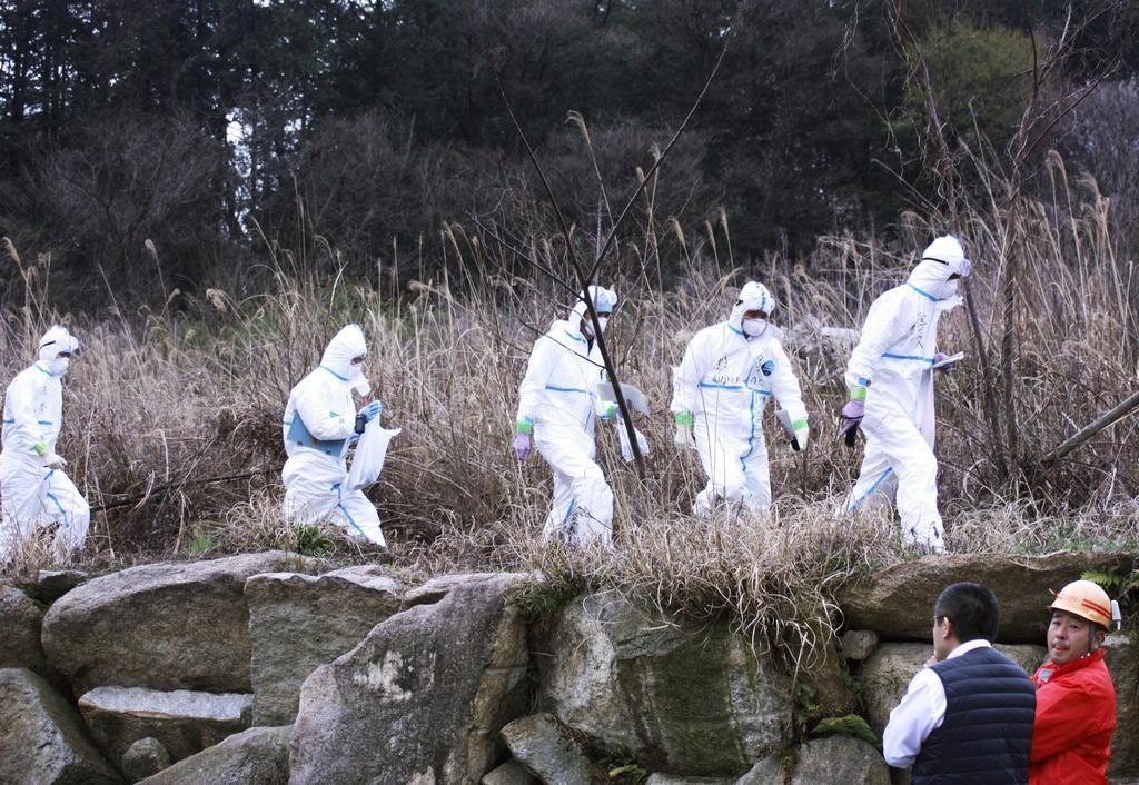 豚コレラが発生した岐阜県恵那市の養豚場の防疫作業に向かう作業員=17日午後