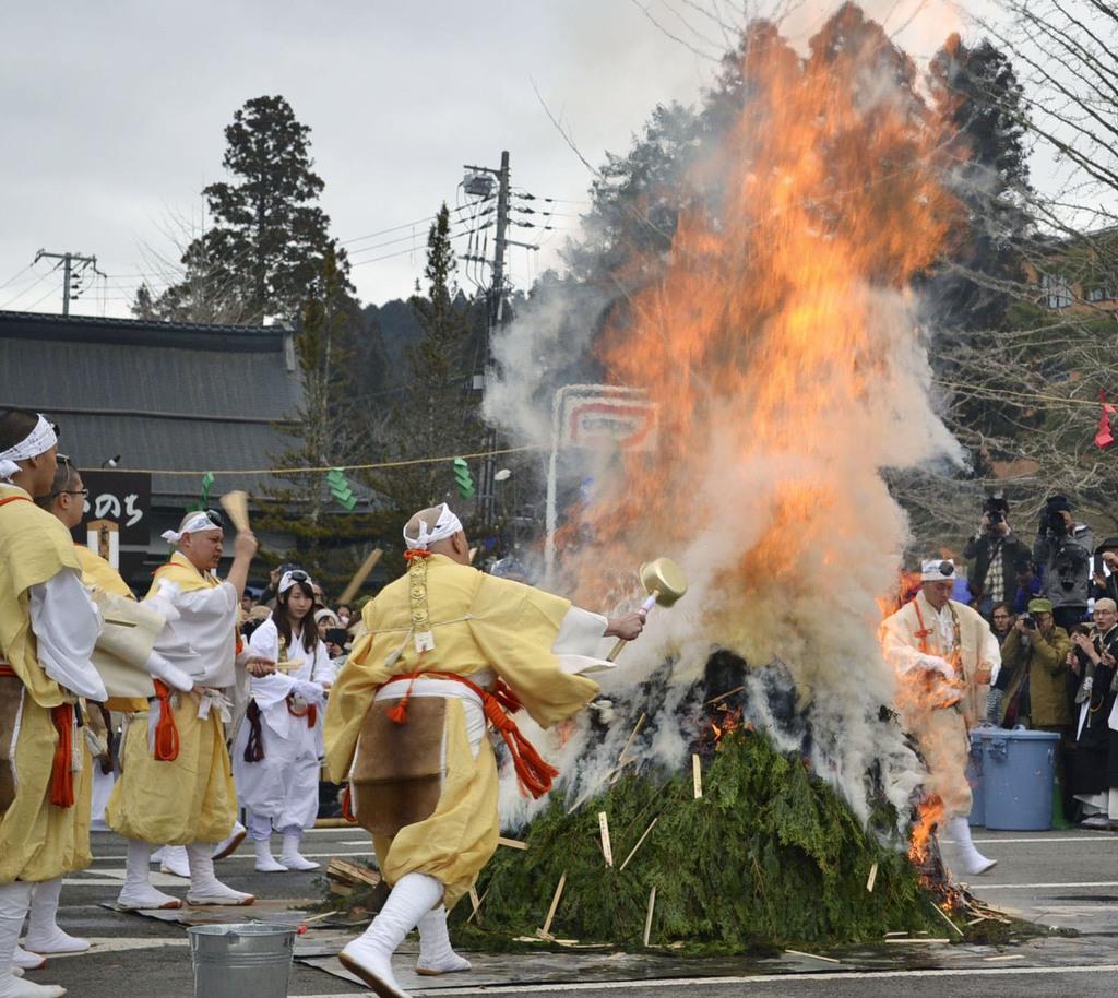 今年3月に高野山の金剛峯寺前で開かれた「高野の火まつり」=和歌山県高野町