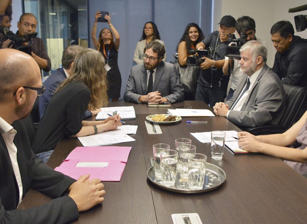 ニコラス・セペダ・コントレラス容疑者の尋問について打ち合わせをするチリとフランスの検察当局者ら=16日、サンティアゴ(共同)