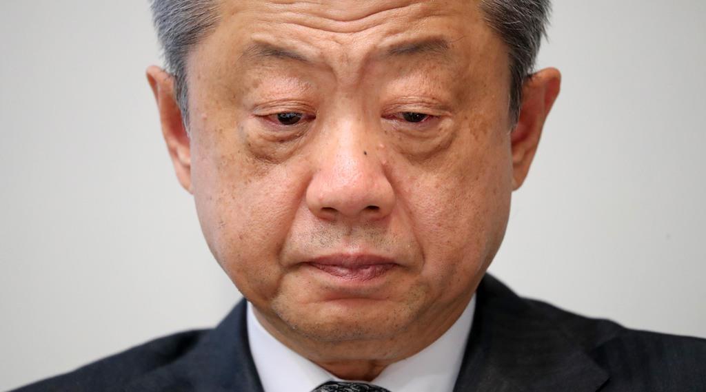 会見で厳しい表情をみせるLIXILグループの潮田洋一郎会長=18日午後、東京都港区(桐原正道撮影)