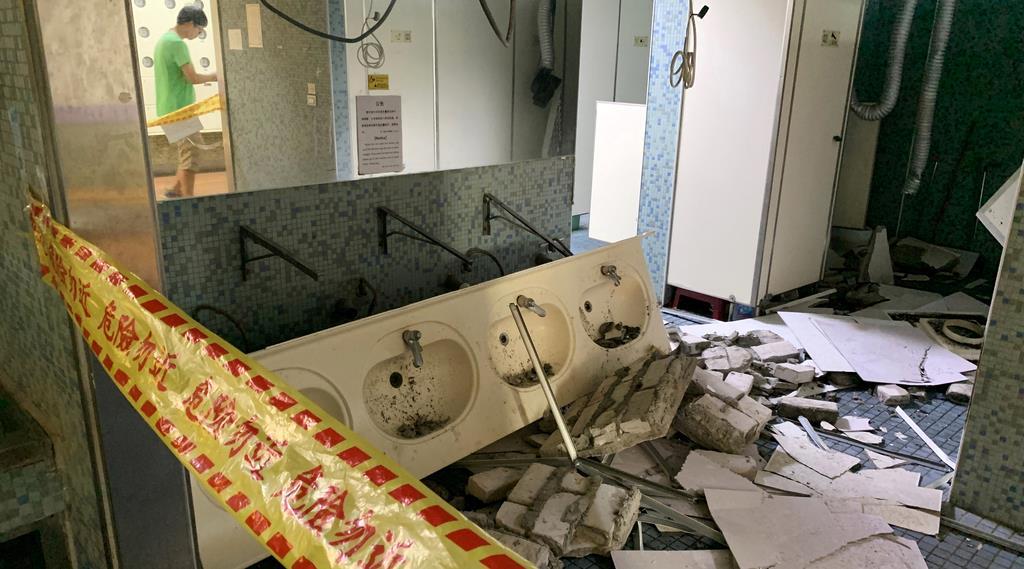地震で崩れた大学の洗面所=18日、台北(ロイター)