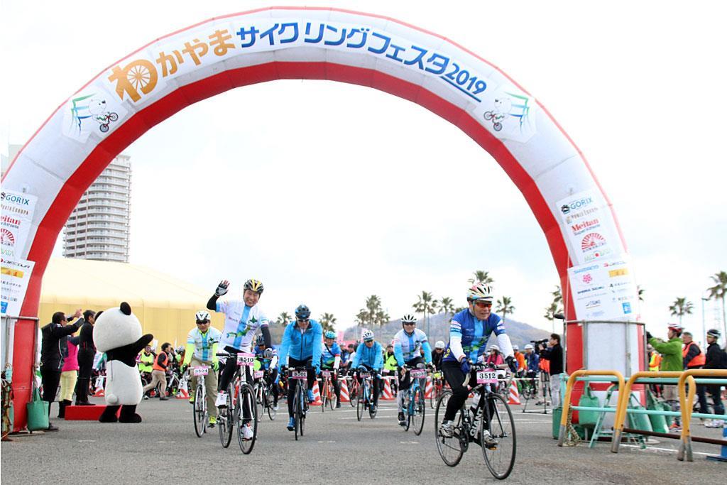 「わかやまサイクルフェスタ」のスタート地点を出発するサイクリストたち =2019年3月24日(産経デジタル・澤野健太撮影)