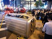 大阪・難波で事故 車が歩道に横転