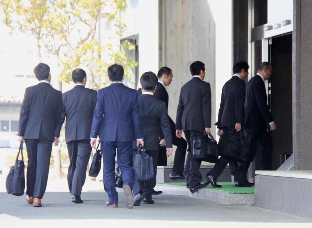 スズキの本社へ立ち入り検査に入る国交省の担当者=19日午前、浜松市