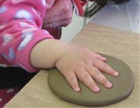 赤ちゃん手形に元号刻んで 山形・高畠の考古資料館