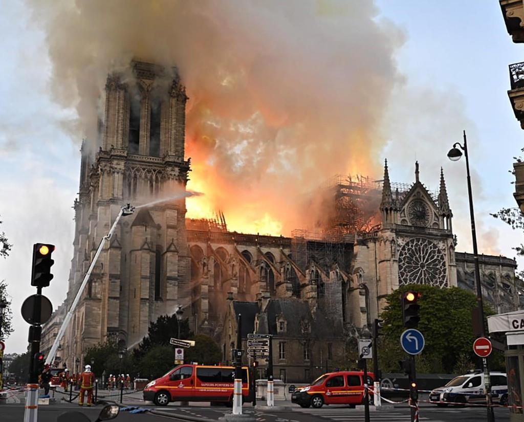 炎上するノートルダム寺院=15日、フランスのパリ(タス=共同)