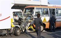 熊本の国道で多重事故2人死亡 送迎バスの園児搬送