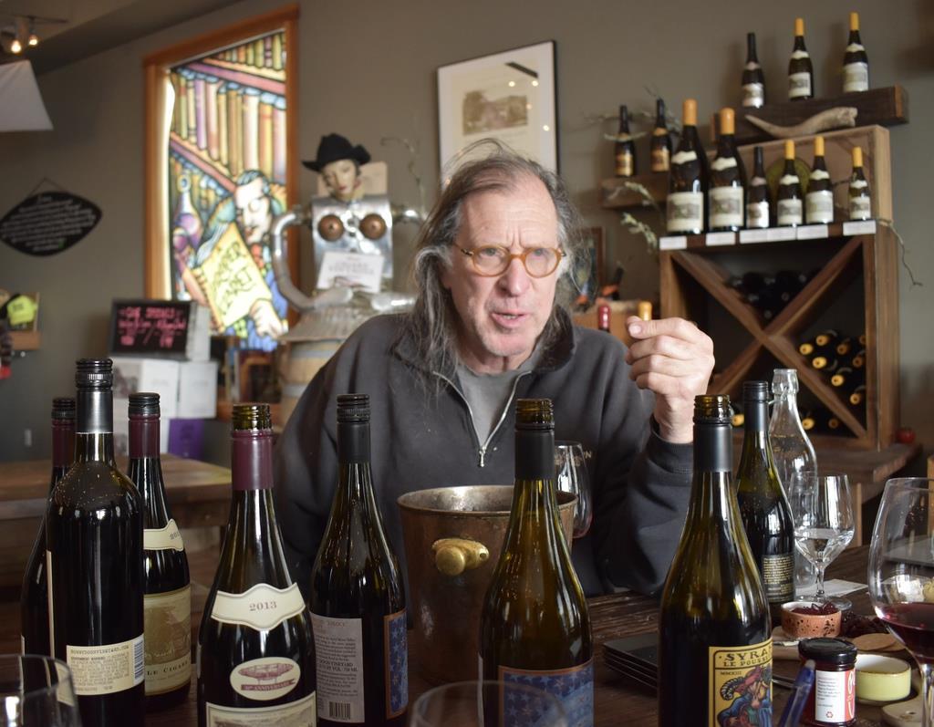 ワインに囲まれるランダルさん。「テロワール(土地)をコントロールするのではなく、個性を信じること」と力を込める