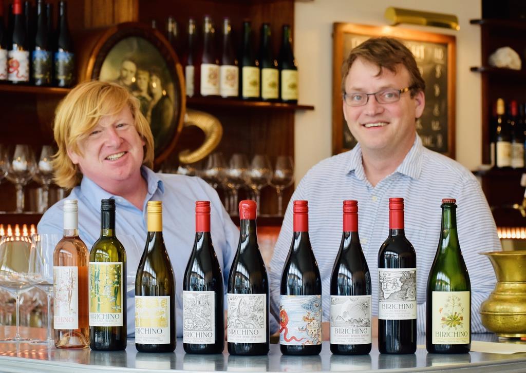 「ワインは誰かの人生をちょっと良くすることができる。幸せをシェアする代名詞のようなもの」と話すアレックスさん(左)とジョンさん
