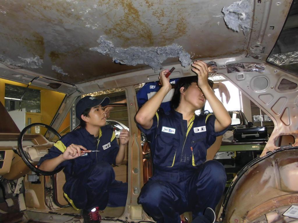 西日本豪雨で被災した「マビ昭和館」の車の修理をする日本工科大学校の生徒=兵庫県姫路市(同校提供)