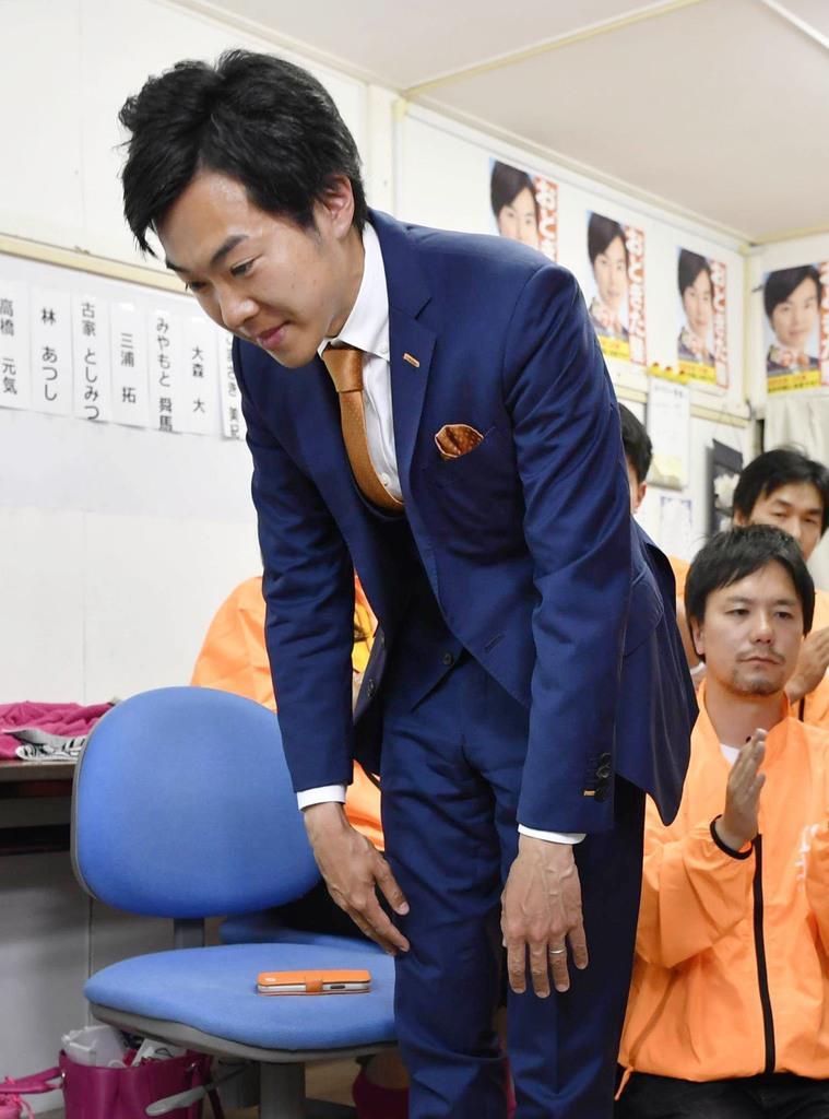 東京都北区長選で落選が決まり、頭を下げる音喜多駿氏=21日夜、東京都北区