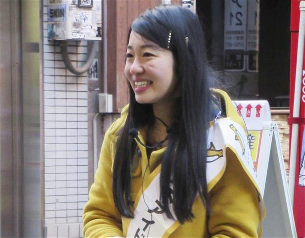 東京都渋谷区議選への立候補を予定し、駅前で活動する橋本侑樹さん=4日、東京都渋谷区