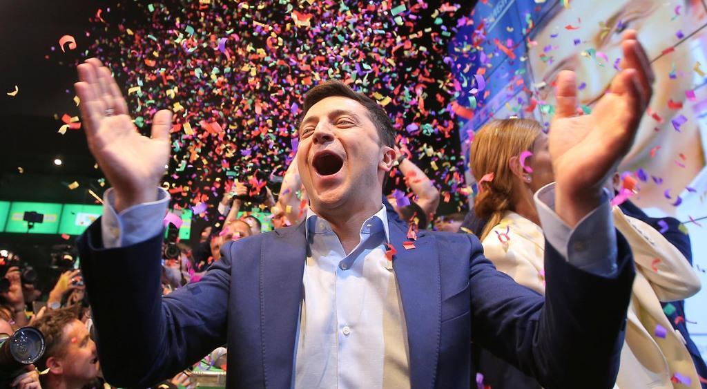 21日、キエフの選対本部で出口調査の結果に喜ぶゼレンスキー氏(ロイター)