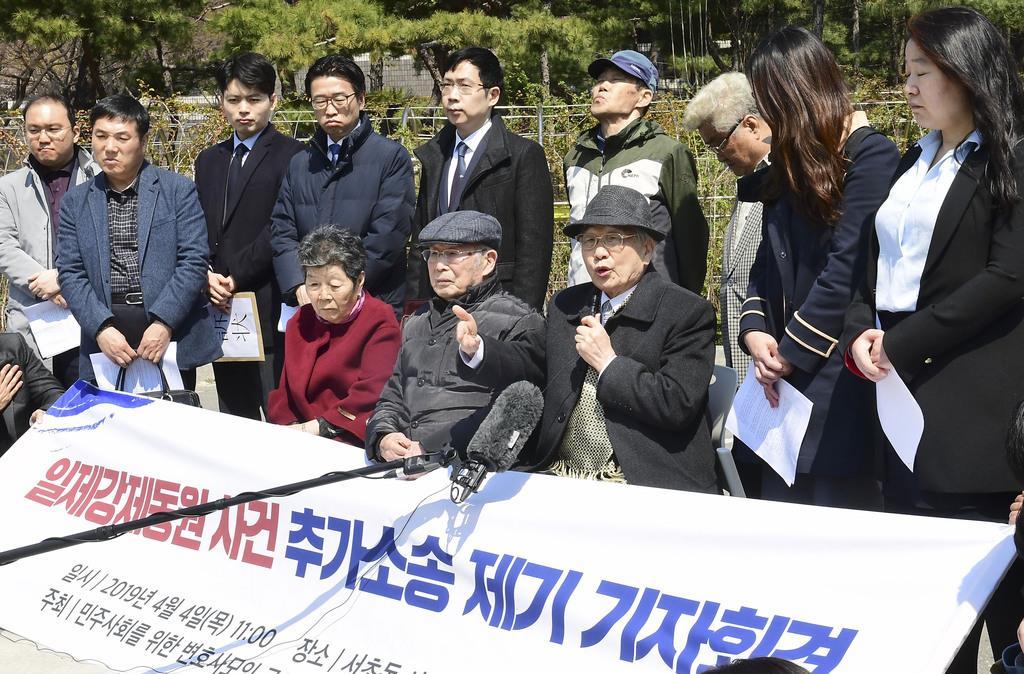 4日、ソウルで元徴用工らの追加提訴について発表する弁護団と関係者(共同)