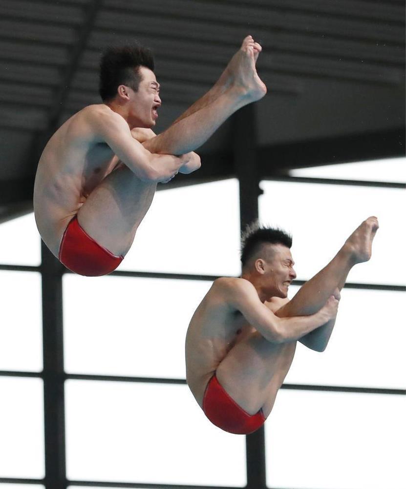 日本室内選手権男子シンクロ板飛び込みで優勝した寺内(右)、坂井組。夏の世界選手権では東京五輪の個人種目内定第1号の期待がかかる