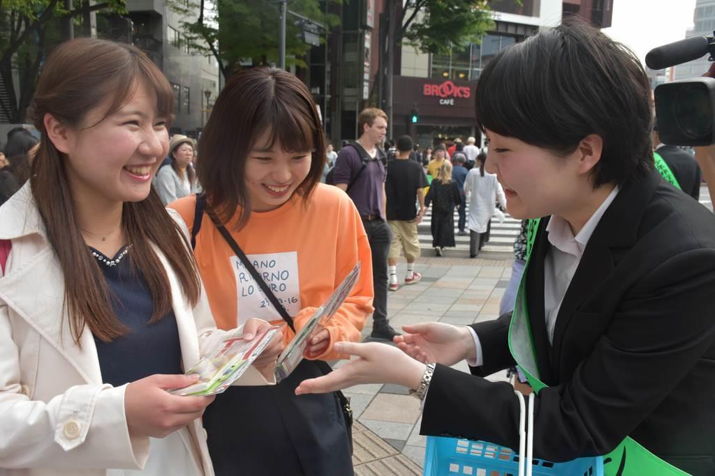 女性を狙った犯罪を防止するため、警視庁原宿署員や大学生ボランティアがチラシを配った=25日午後、東京都渋谷区(斎藤有美撮影)