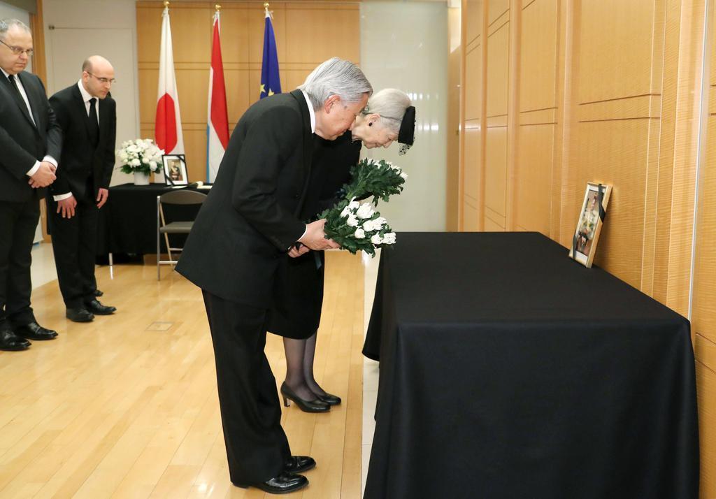 献花台に供花される天皇、皇后両陛下=25日午前、東京都千代田区のルクセンブルク大使館(代表撮影)