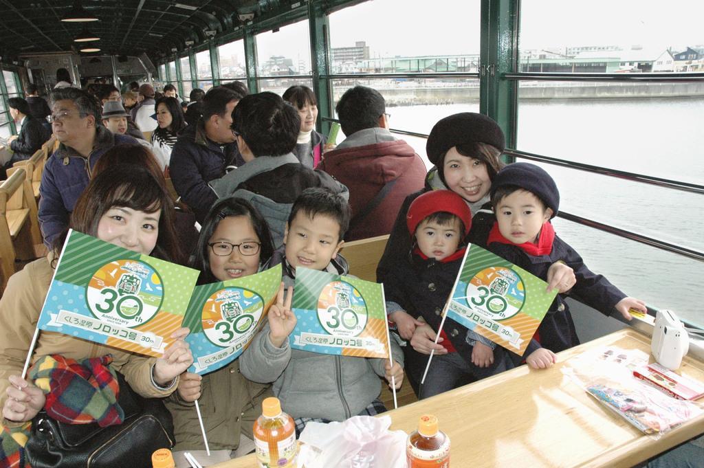 「くしろ湿原ノロッコ号」の展望車両で笑顔の親子連れ=27日、北海道釧路市