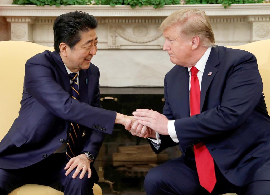ホワイトハウスで会談する安倍晋三首相(左)とトランプ米大統領=26日、米ワシントン(ロイター)