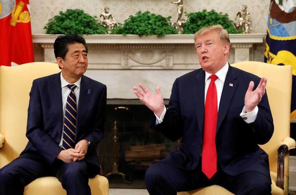 笑顔で会談する安倍首相(左)とトランプ米大統領=26日、ワシントンのホワイトハウス(ロイター)