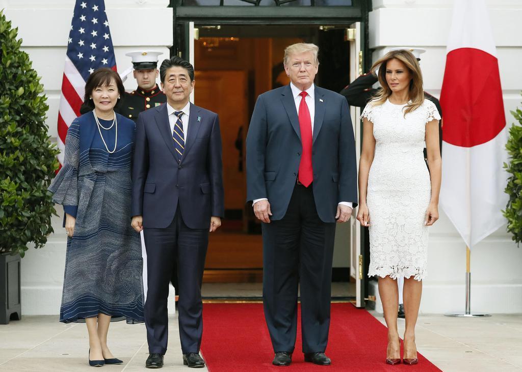 夕食会を前に記念撮影するトランプ米大統領とメラニア夫人(右側)、安倍首相と昭恵夫人=26日、ワシントンのホワイトハウス(共同)