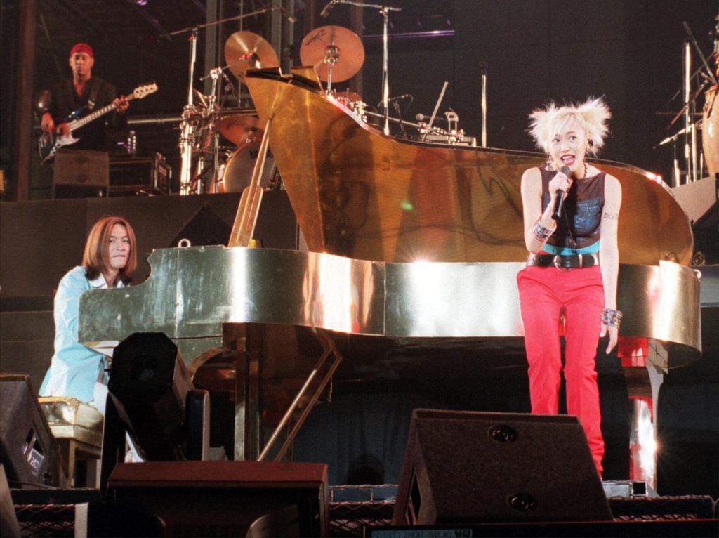 globeのコンサート。右はボーカルのKEIKO。左は小室哲哉=1998年8月3日