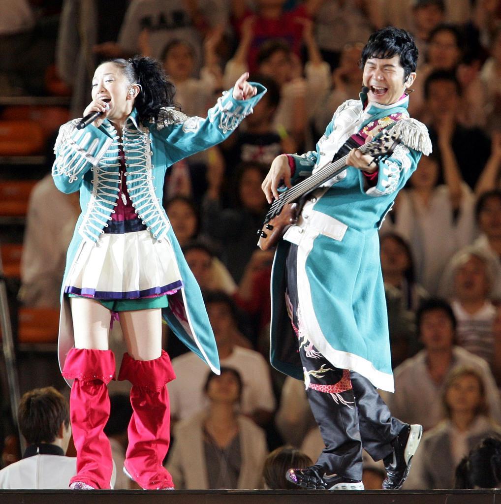 全国ツアーで「何度でもLOVE LOVE LOVE」を熱唱するボーカル・吉田美和(左)と中村正人=平成19年9月23日、国立競技場