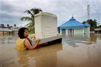 洪水と土砂崩れで29人死亡 インドネシア