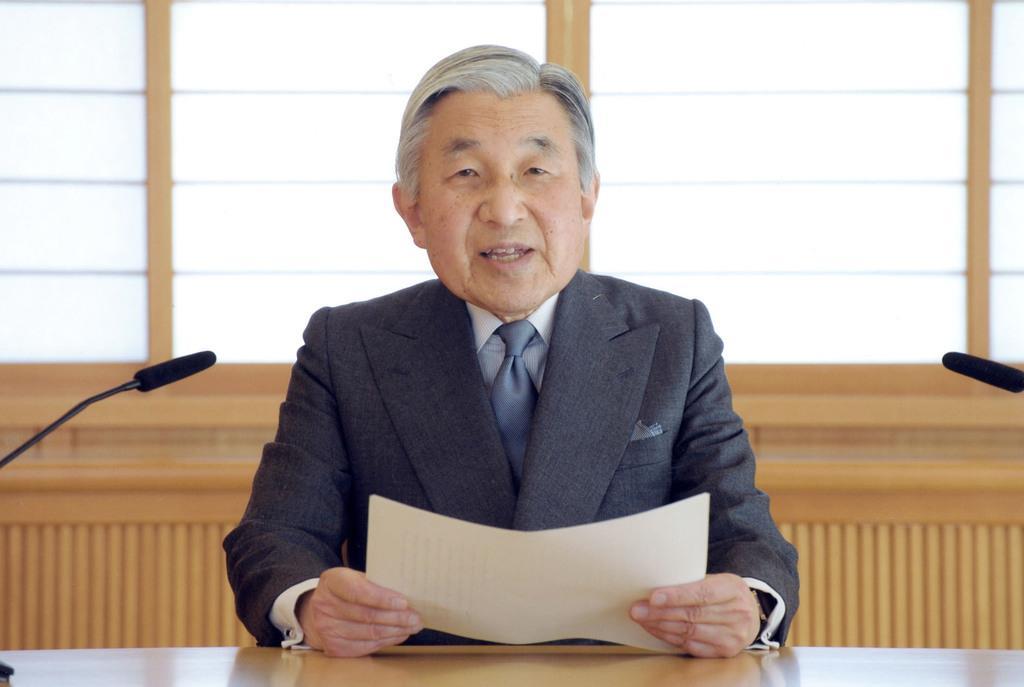 東日本大震災の発生を受け、ビデオメッセージで国民に語り掛けられる天皇陛下=平成23年3月16日、皇居・御所応接室(宮内庁提供)