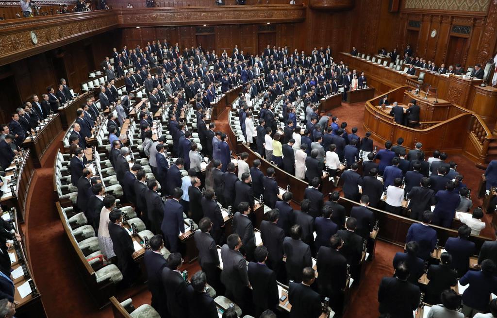 衆院本会議(春名中撮影)