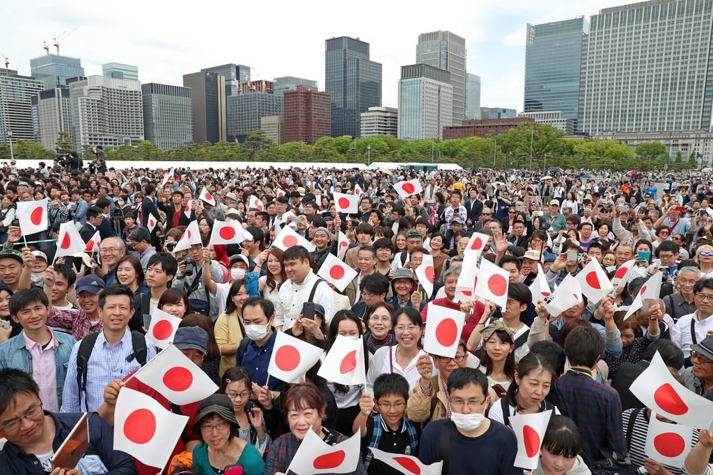 【即位の日】即位された天皇陛下を一目見ようと、皇居・二重橋前に集まった人たち=1日午後、東京都千代田区(桐原正道撮影)