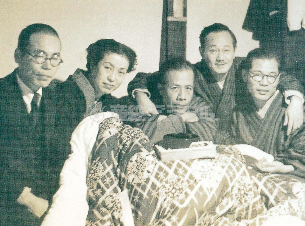 日吉館での奈良俳句会。左から2人目に橋本多佳子。右に平畑静塔、西東三鬼(北九州市立文学館提供)