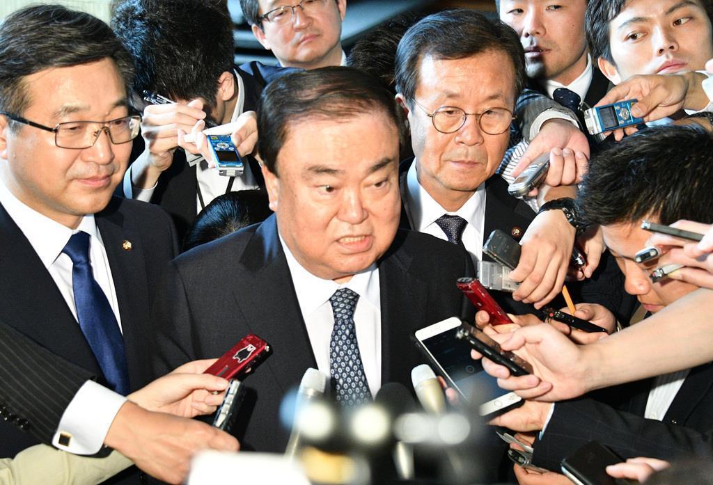 来日時、記者団の質問に答える文喜相・韓国国会議長(中央)=2017年5月、首相官邸(斎藤良雄撮影)