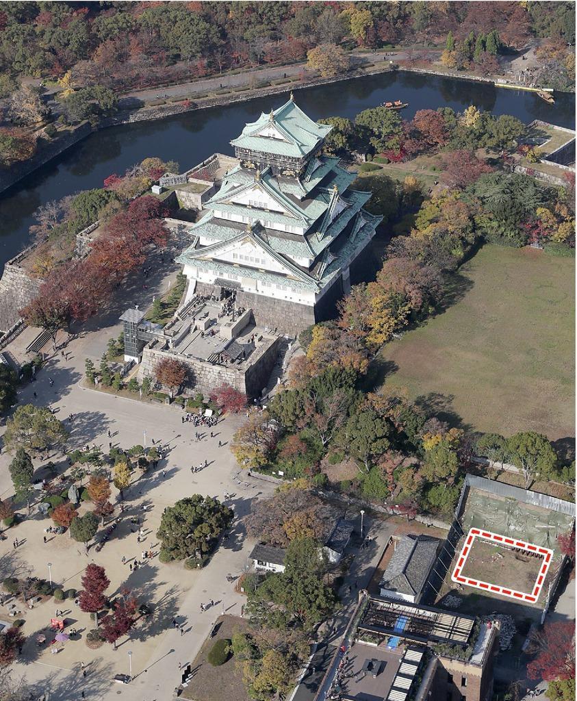 上空から見た大阪城本丸。右下の点線部が「石垣展示館」建設予定地(本社ヘリから)